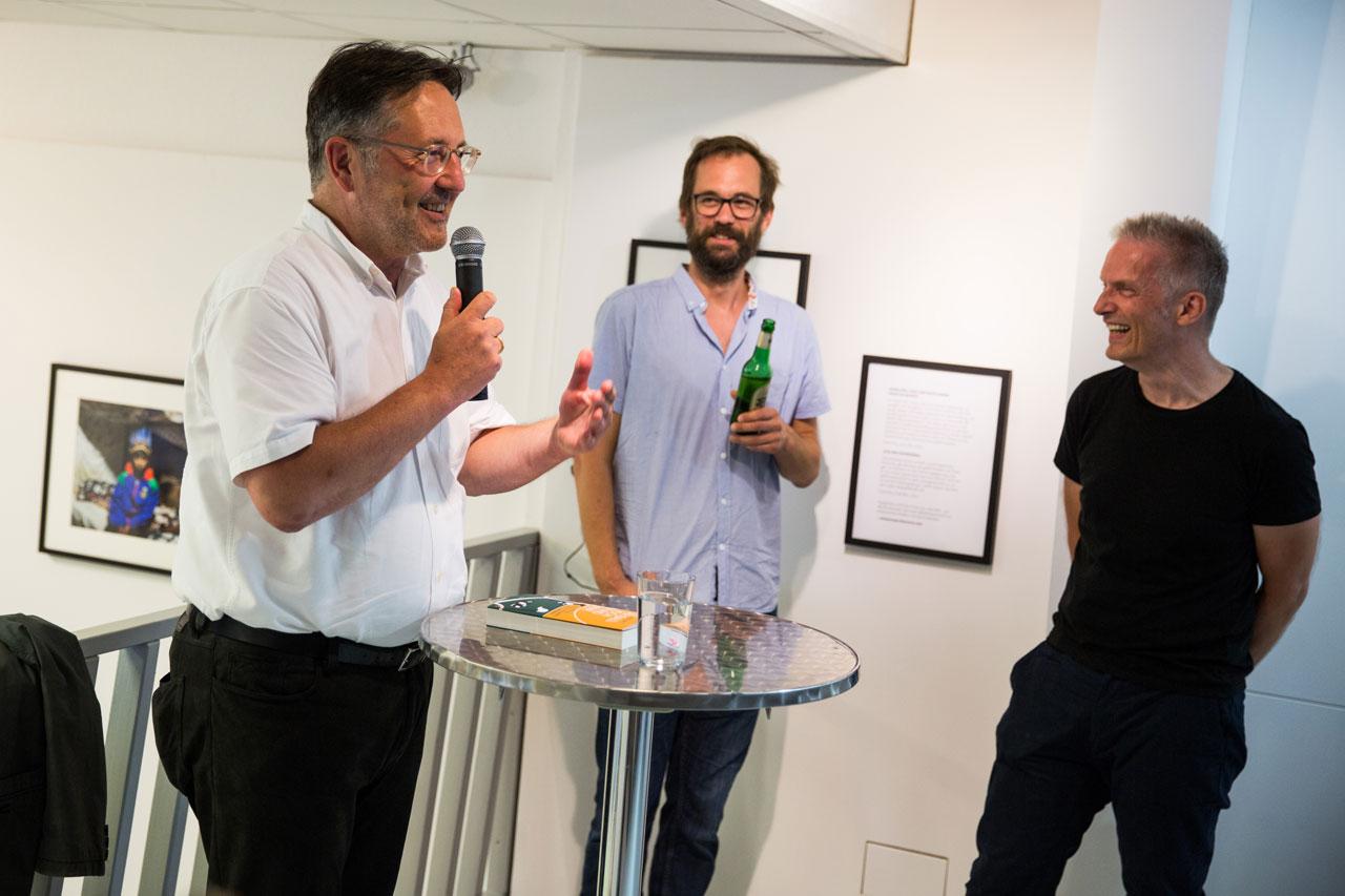 Rainer Moritz, Leiter des Literaturhauses Hamburg, las aus seinem Buch »Als der Ball noch rund war«. Foto: Lucas Wahl/Kollektiv25