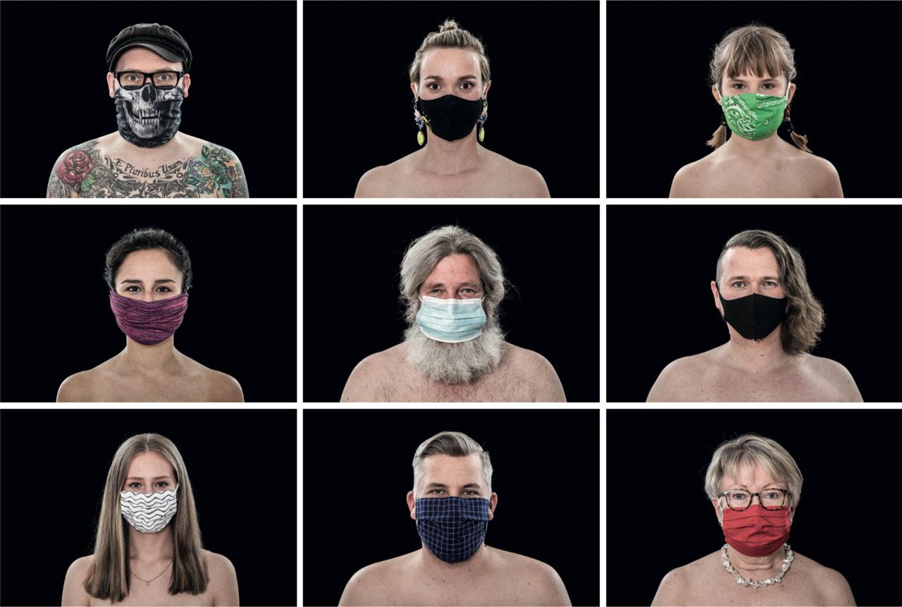 In Sonja Brüggemanns Ausstellung »The New Naked« werden die lebensgroßen Porträts durch Zitate der fotografierten Personen zu ihrer Situation und ihren Schutzmasken ergänzt. Foto: Sonja Brüggemann